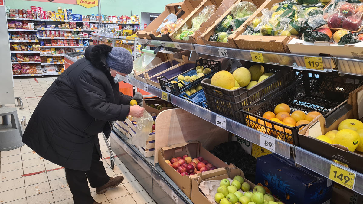 пожилая женщина продукты
