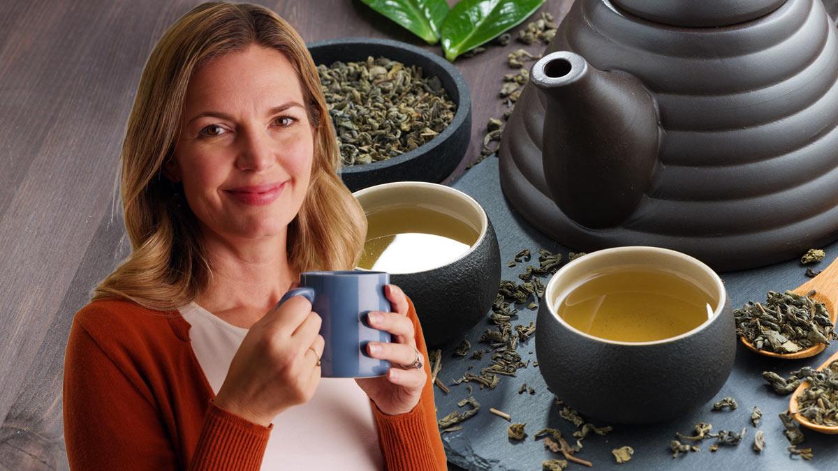 Женщина средних лет пьет чай улун