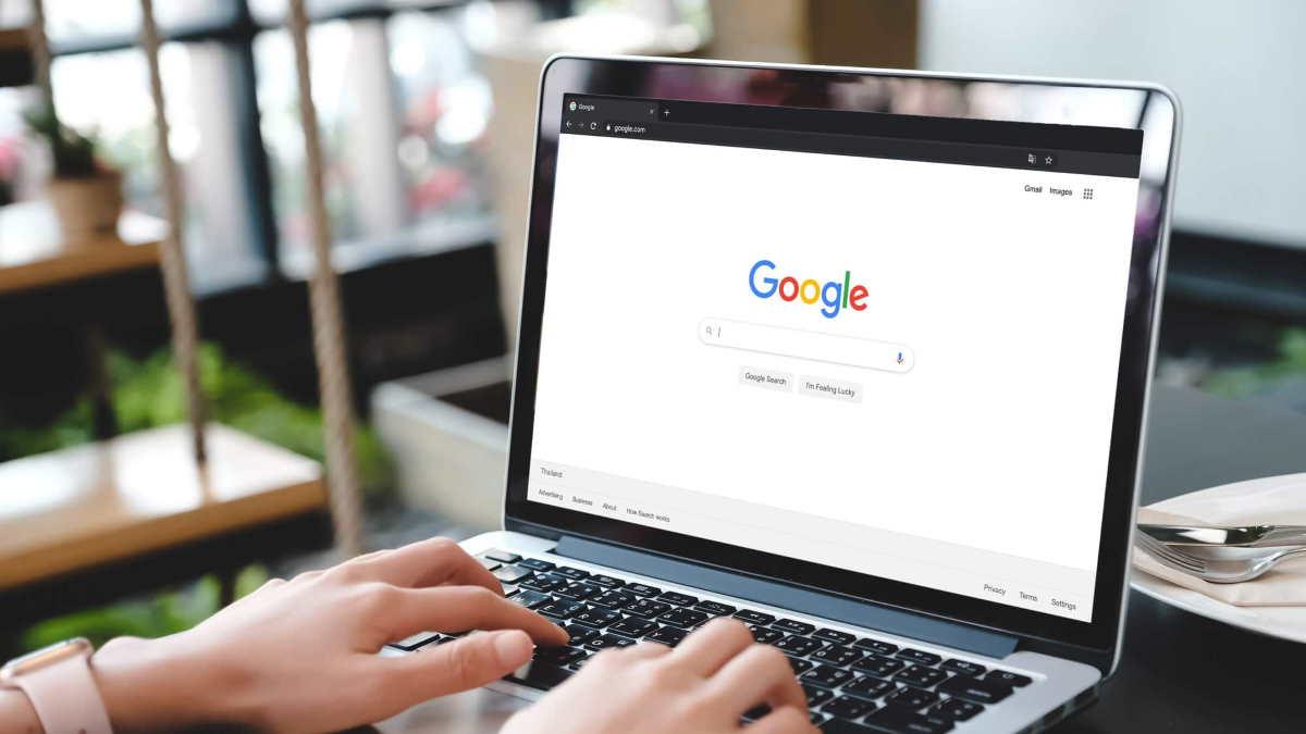 Ноутбук с логотипом Google