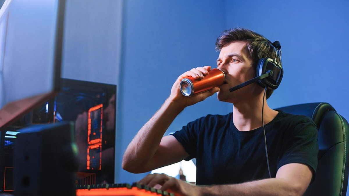 киберспортсмен пьёт энергетик