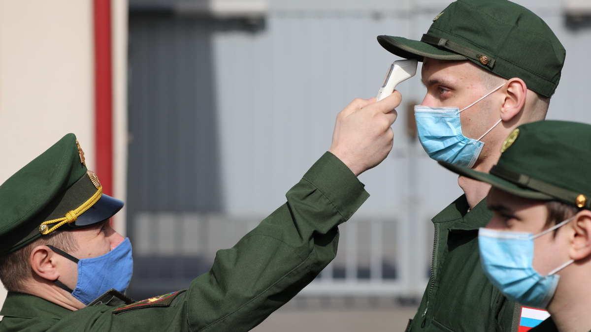 проверка температуры у солдата