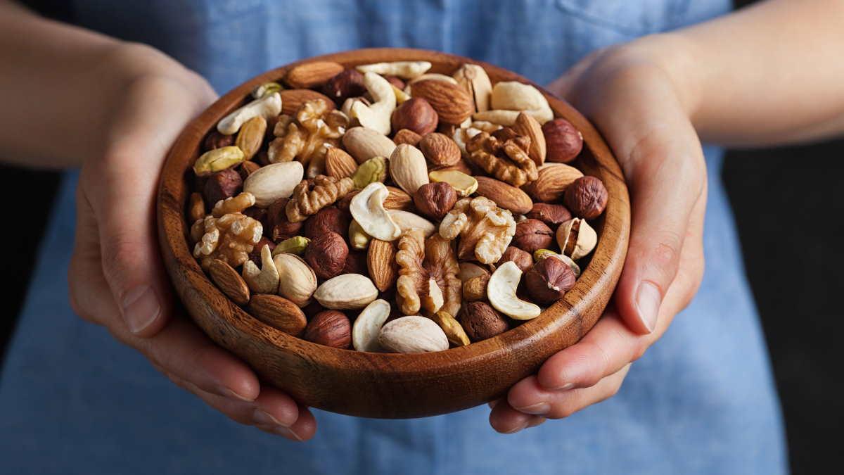 орехи в миске