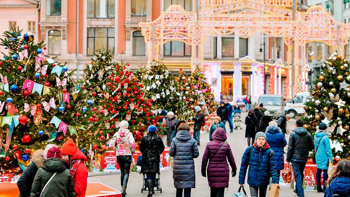 люди на улице в новогодние праздники