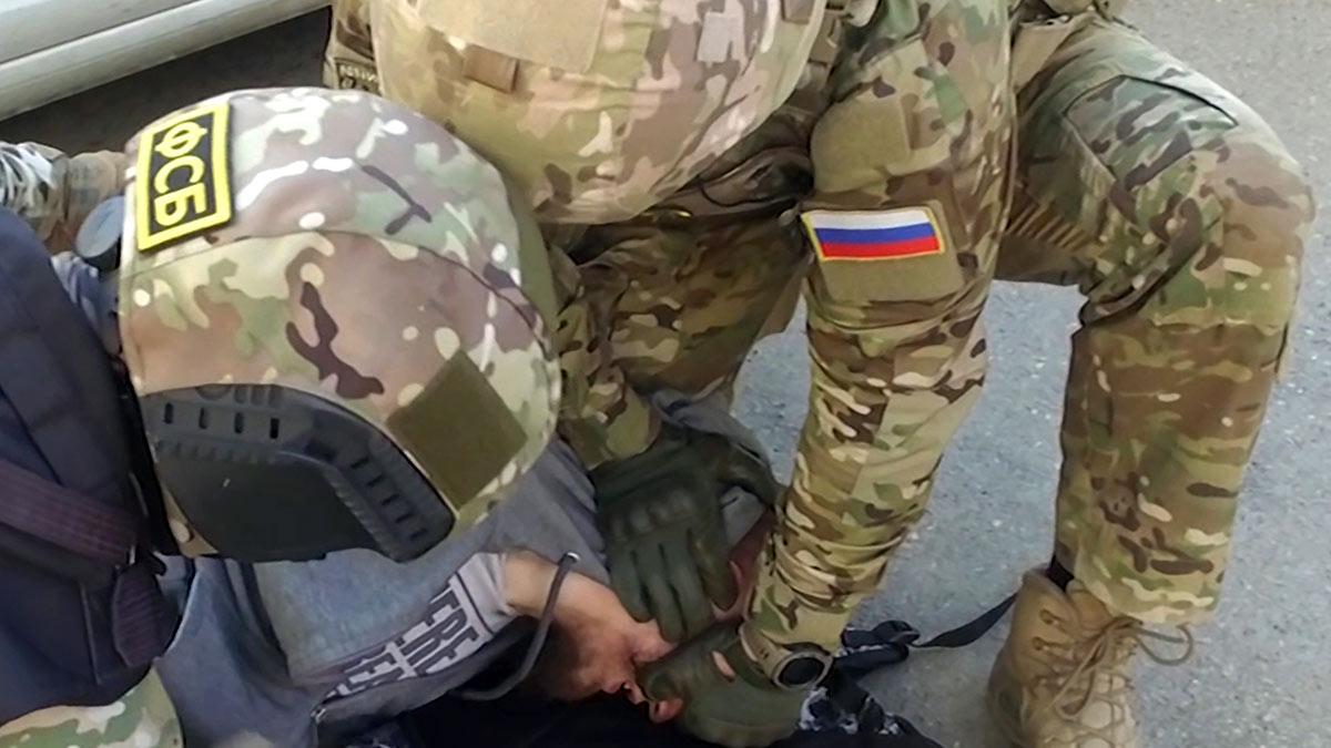 Сотрудники ФСБ проводят задержание
