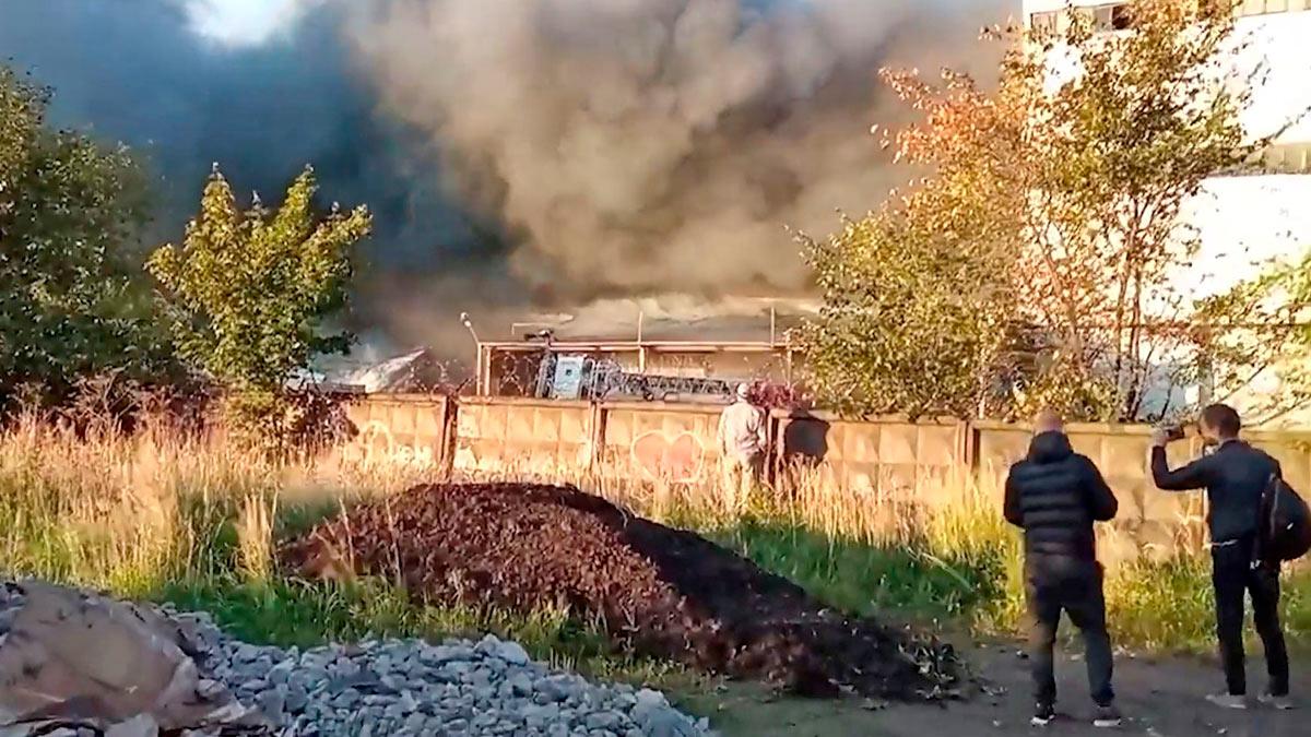 В Петербурге загорелись два склада
