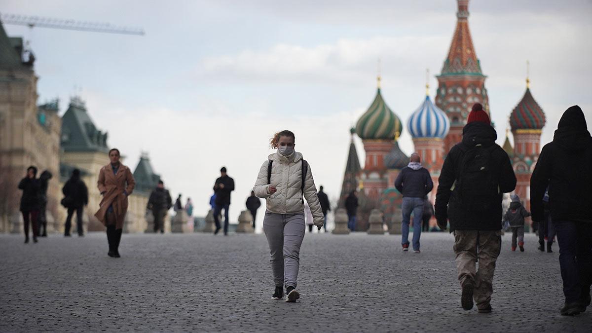 девушка идет Красная площадь
