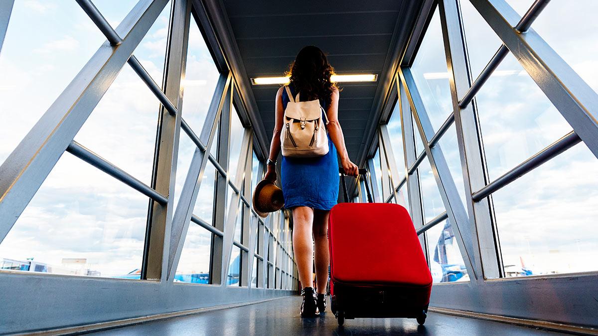 девушка идет в самолет