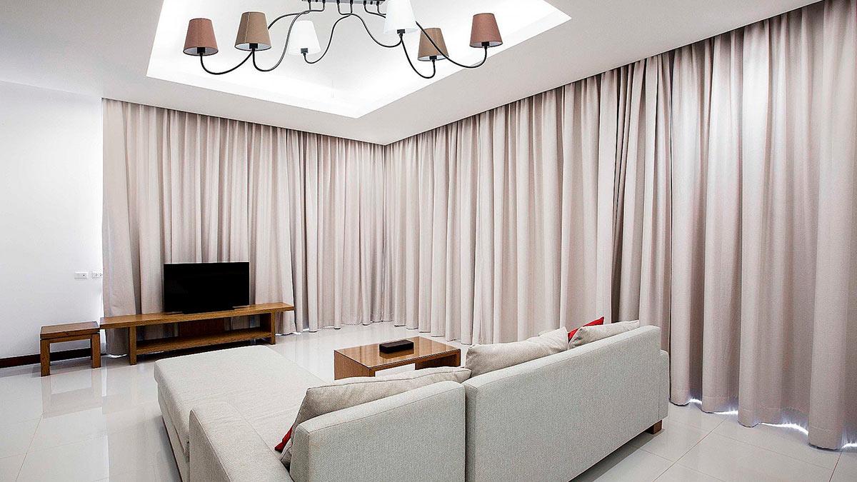 длинные шторы в комнате