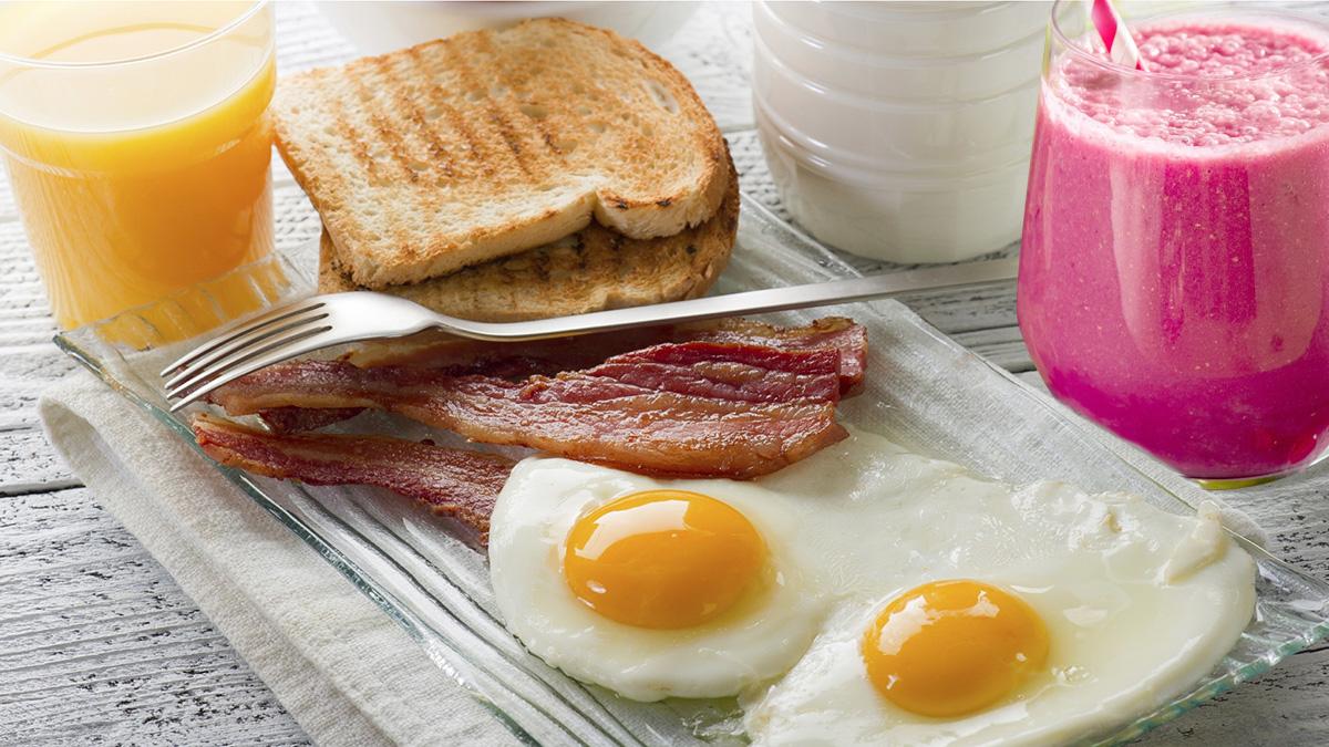 завтрак яичница с беконом и сок