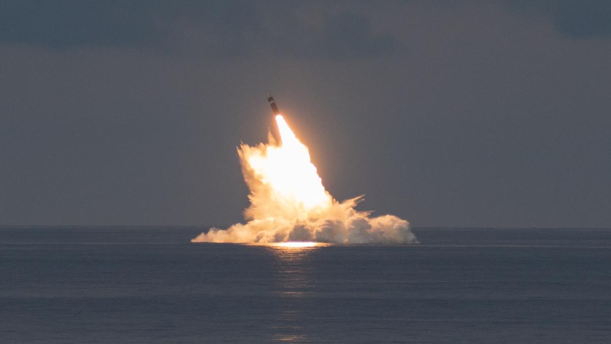 пуск баллистической ракеты Trident II в Атлантическом океане