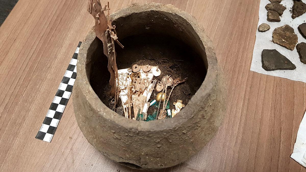 Керамический кувшин с металлическими фигурками и изумрудами