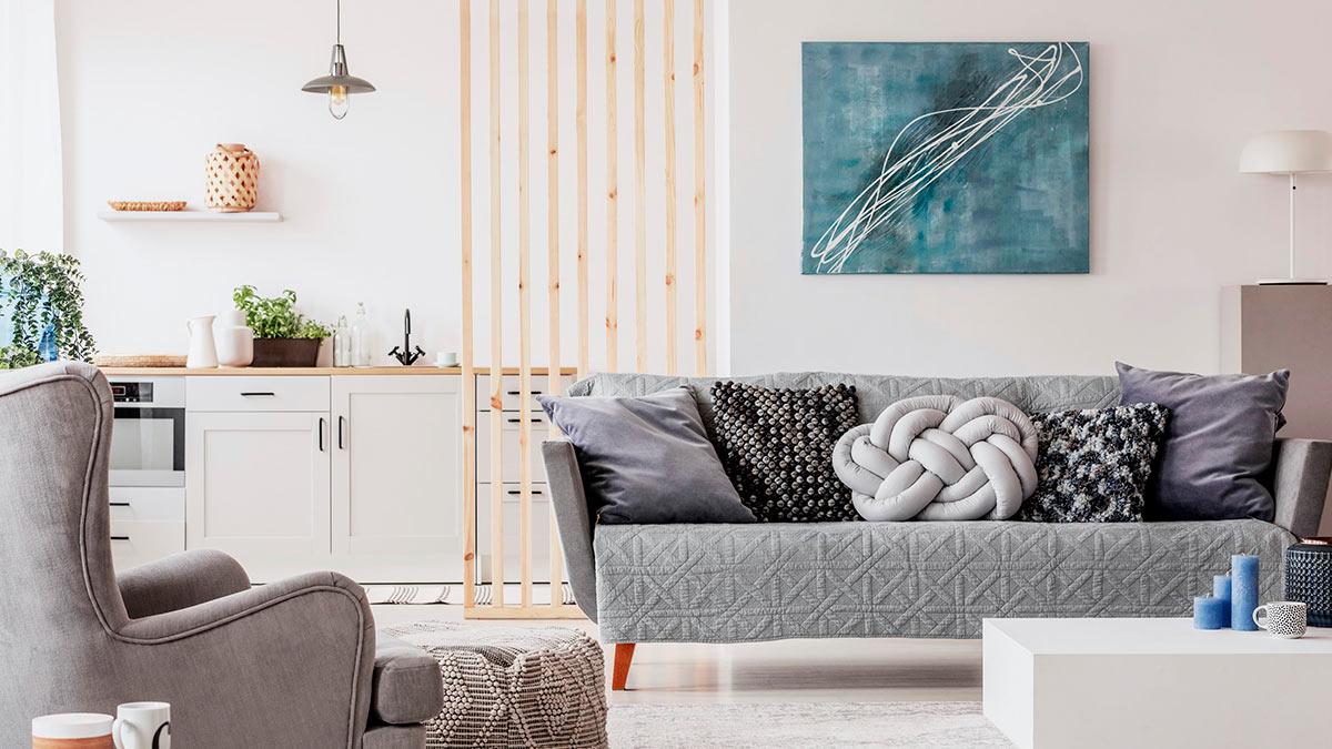 комната стена диван