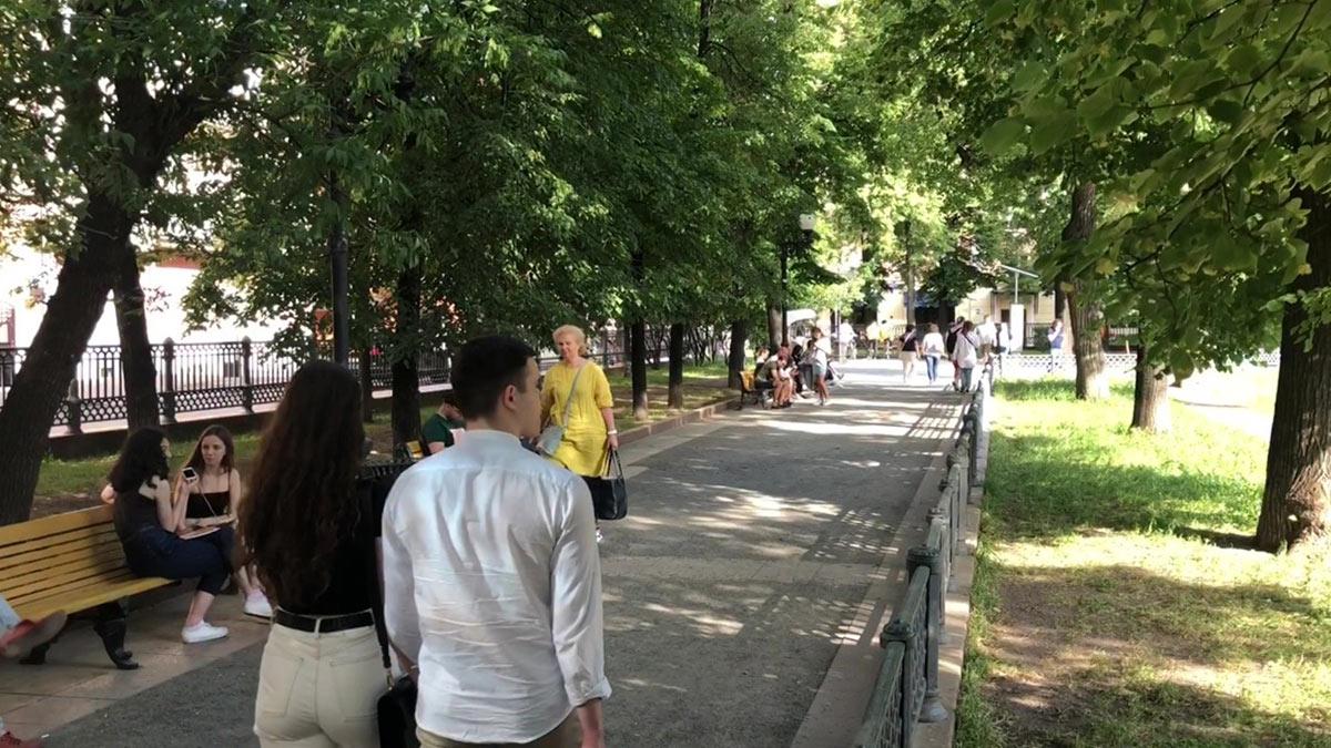 люди гуляют в Патриарших прудах