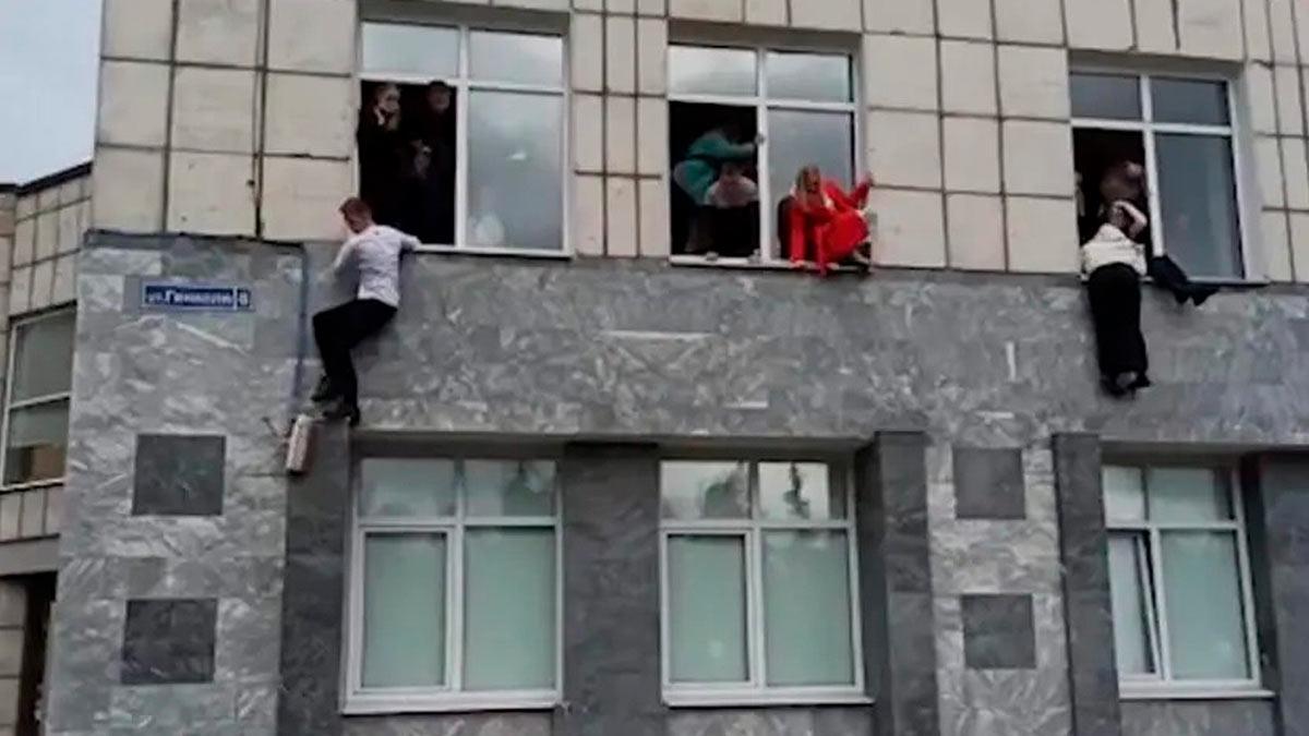 люди выпрыгивают из окон ПГНИУ