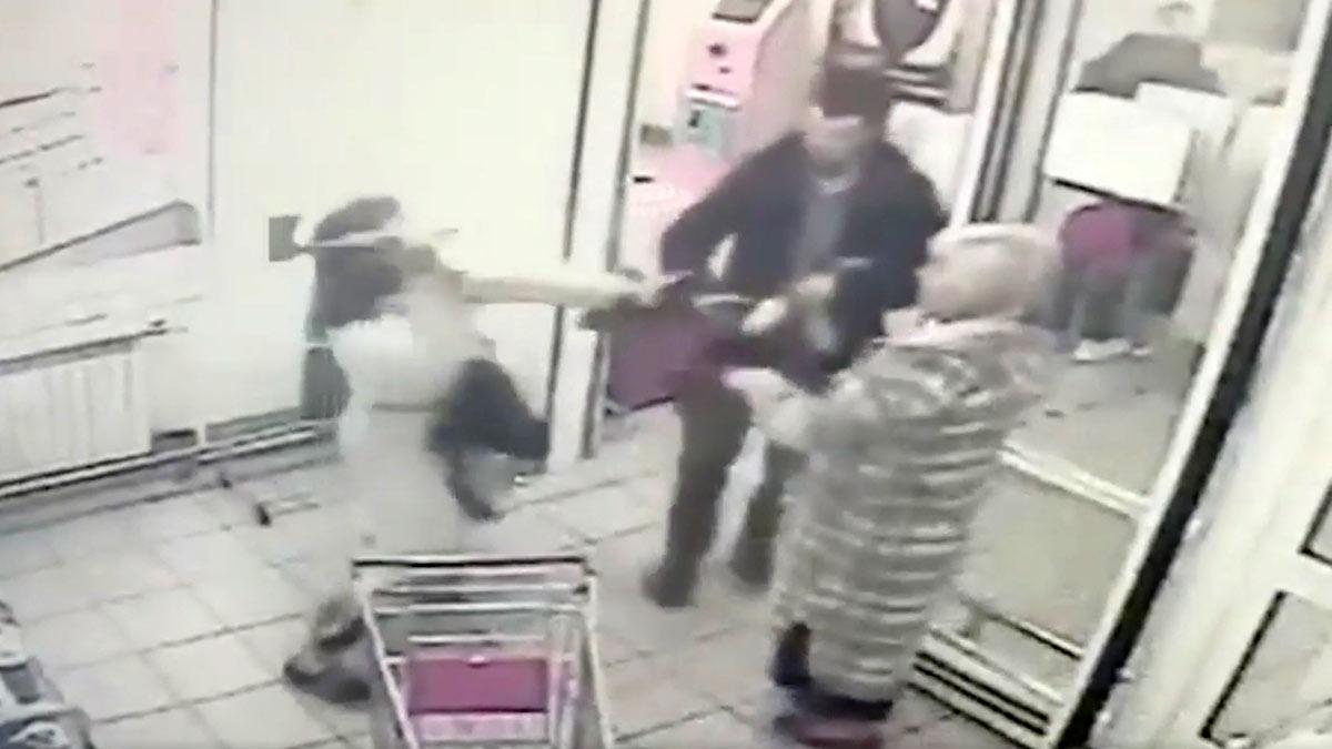Мужчина с топором напал на посетителей магазина