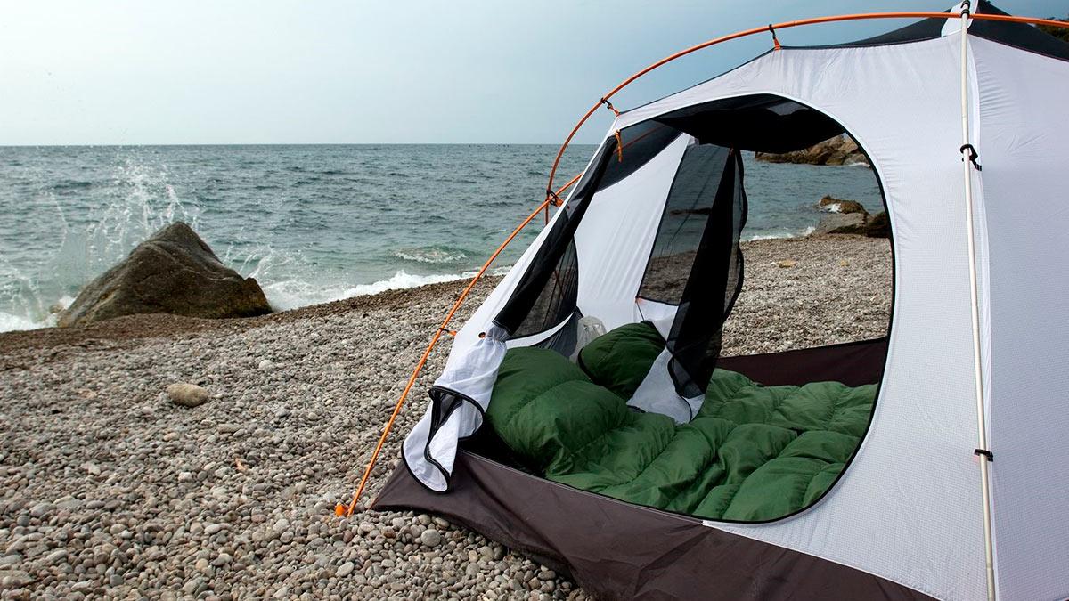 палатка возле моря