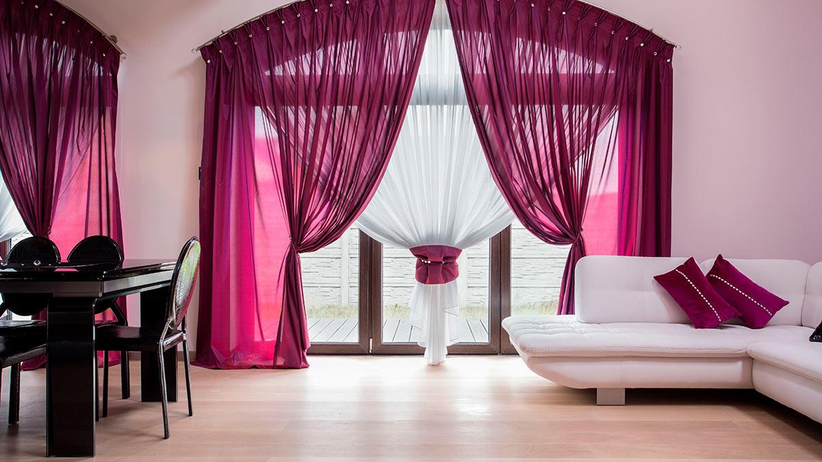 шторы комната диван