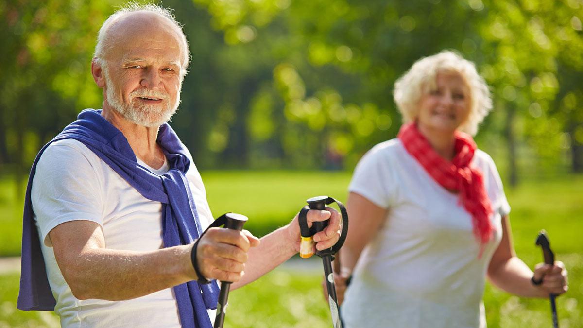 Пенсионеры занимаются шведской ходьбой