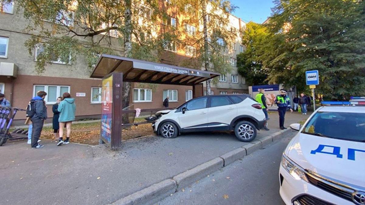 Автомобиль врезался в автобусную остановку