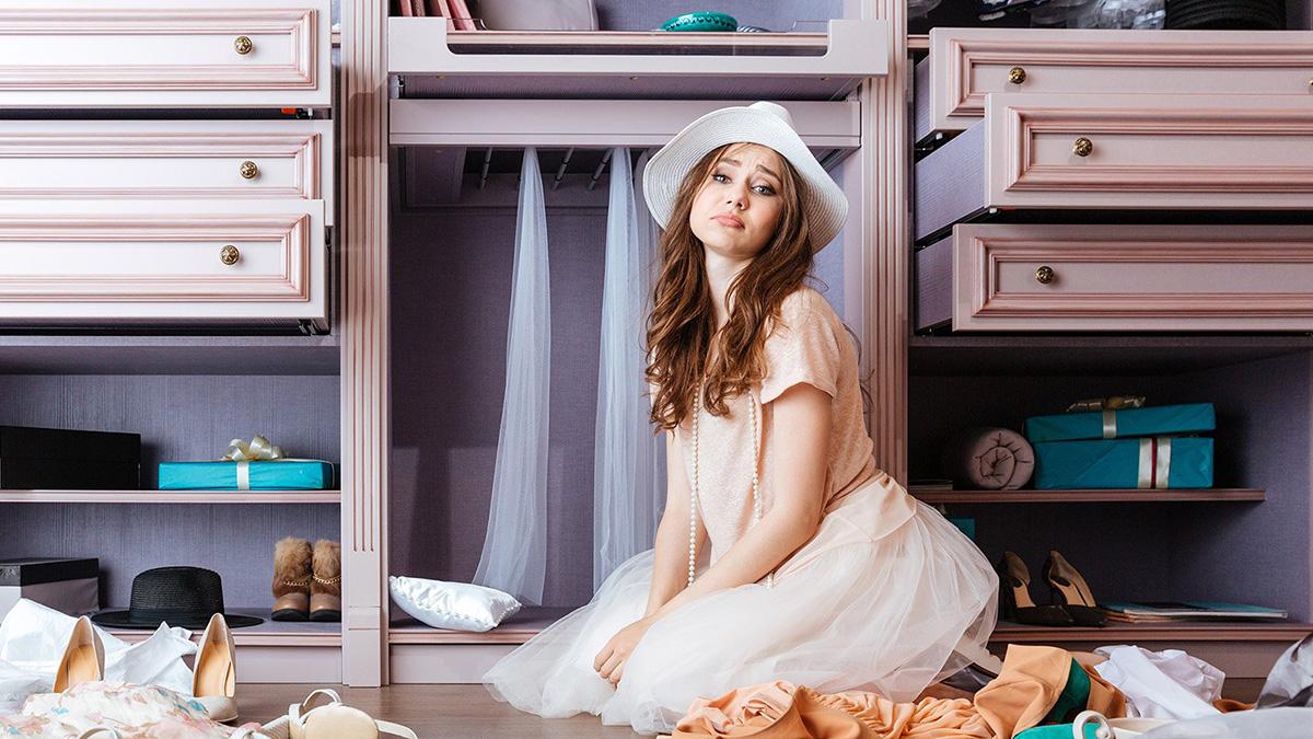 Девушка возле шкафа