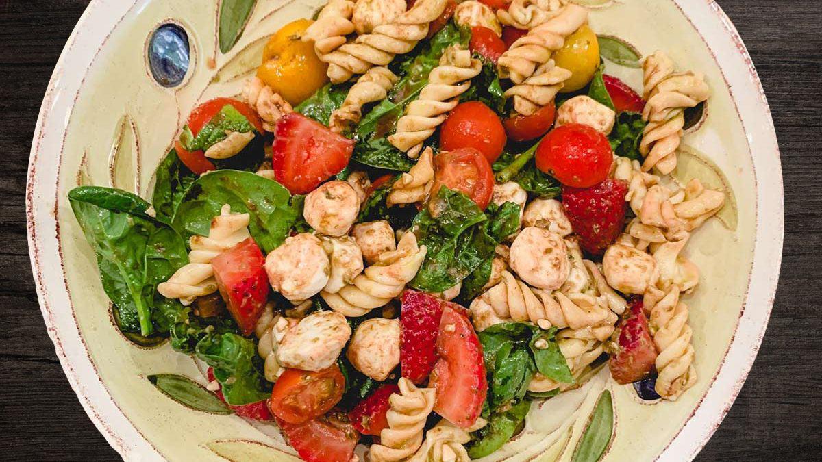Как превратить обычный макаронный салат в изысканное блюдо: рецепт из пасты и капрезе