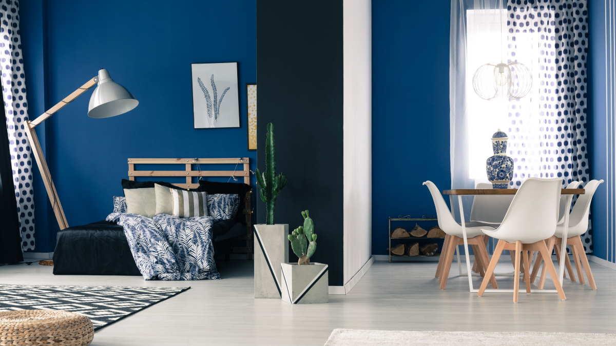 синяя стена в интерьере