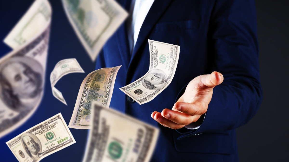 Мужчина бросает деньги