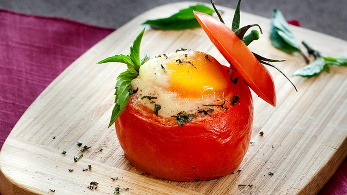 Рецепт яичницы в помидоре для завтрака