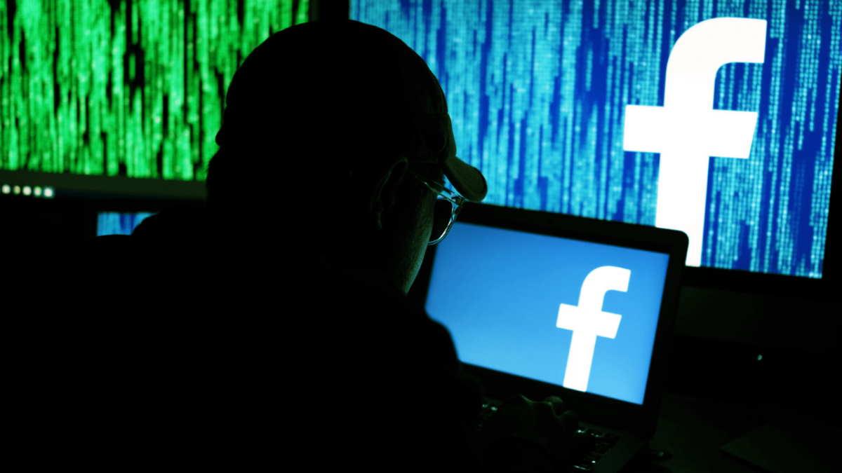 Хакер взламывает Facebook