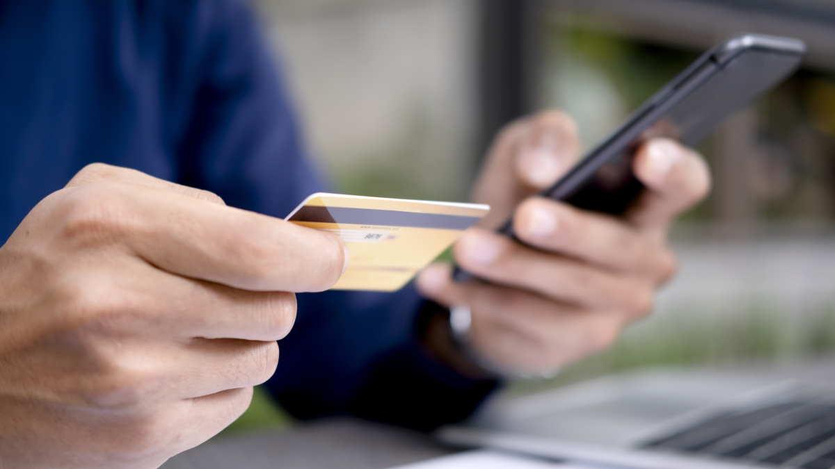 банковская карта и телефон