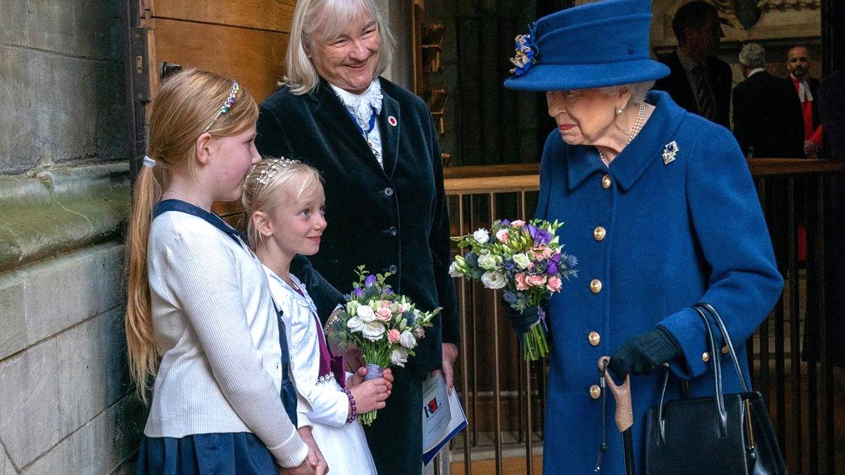 Елизавета II появилась на публике с тростью