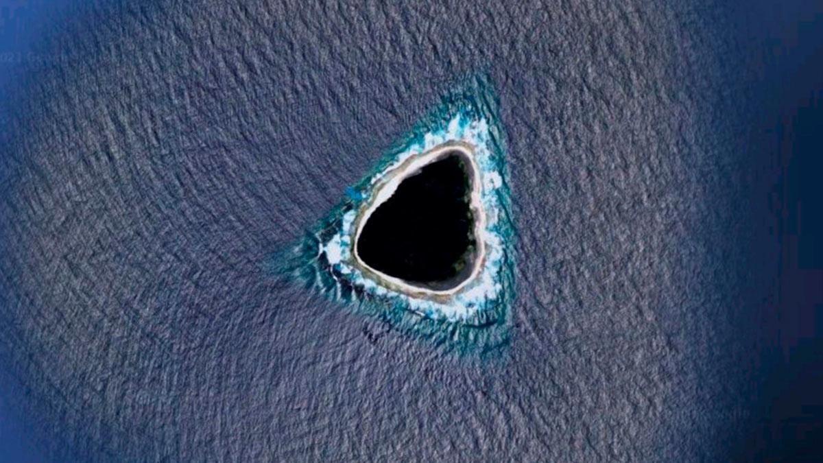 Google Maps «черная дыра» посреди океана