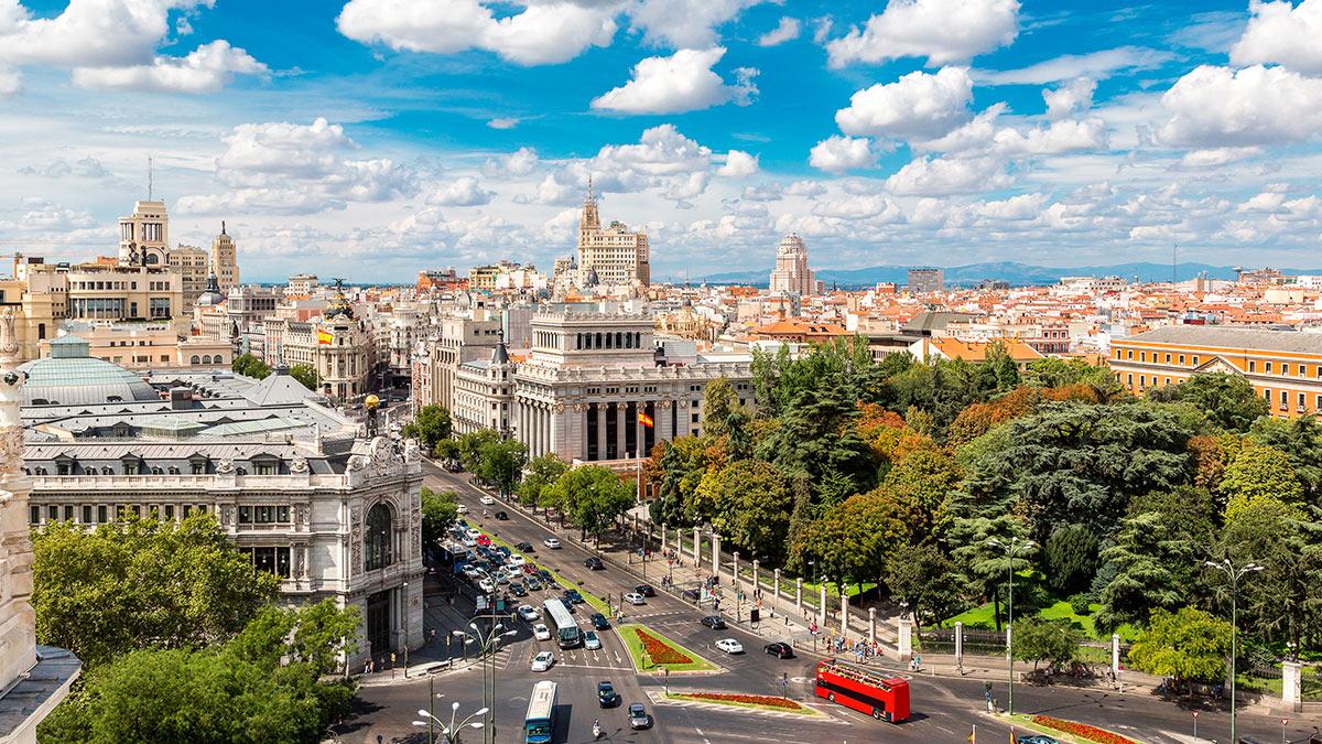 Воздушный вид Пласа-де-Сибелес в Мадриде в прекрасный летний день