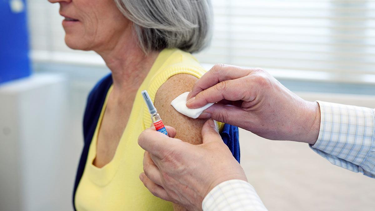 Пожилые москвичи смогут получить компенсацию за вакцинацию